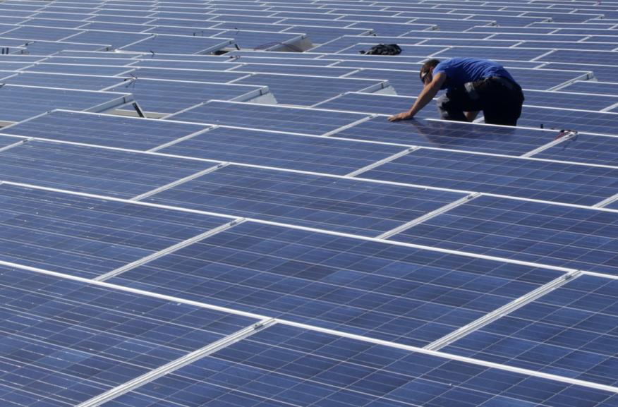 placas solares trabajador