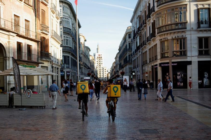 Dos repartidores de Glovo en la ciudad de Málaga