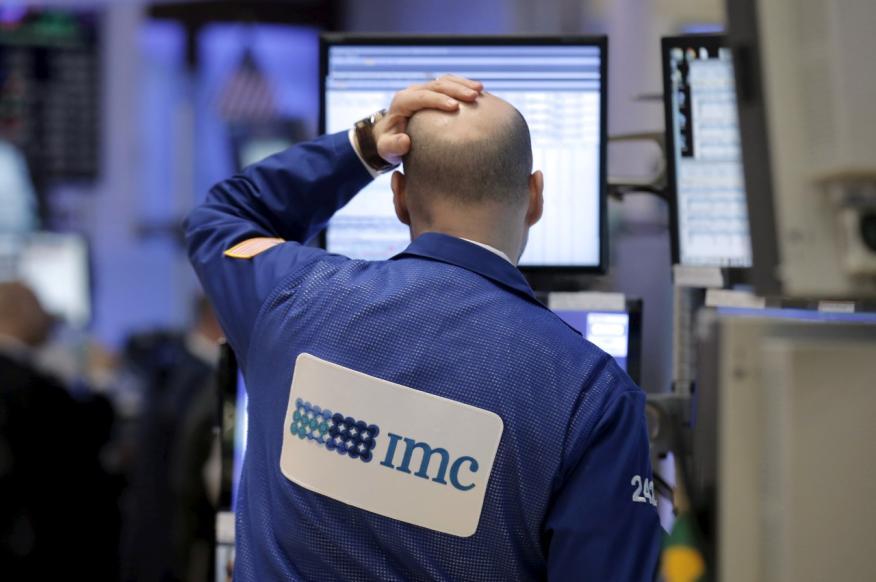 Un trader de Wall Street se echa las manos a la cabeza