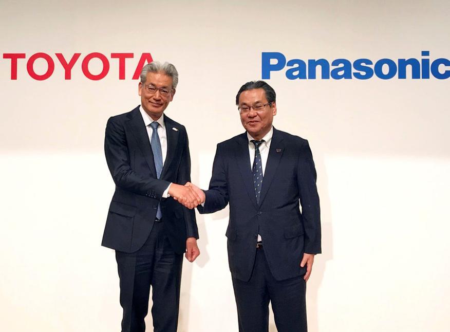 Masayoshi Shirayanagi, director de operaciones de Toyota, y Makoto Kitano, gerente ejecutivo senior de Panasonic.