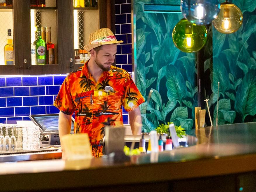 Un bartender en Royal Caribbean.
