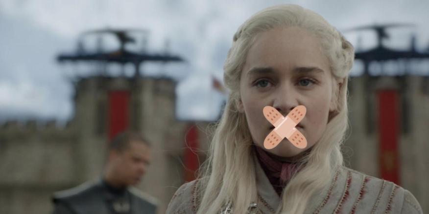 """Una imagen editada que muestra a Daenerys Targaryen en la temporada 8 de """"Juego de tronos"""", con tiritas emoji superpuestos en su rostro."""