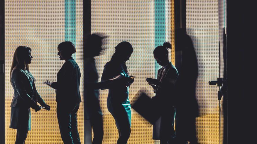 Empresarios en el pasillo
