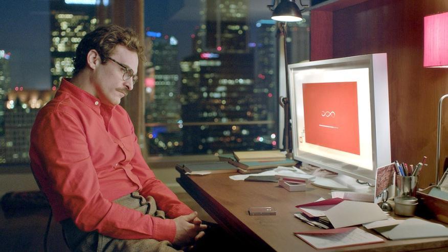La película 'Her' plantea una relación romántica entre el protagonista y una inteligencia artificial, Samantha, presente en su móvil y su ordenador.