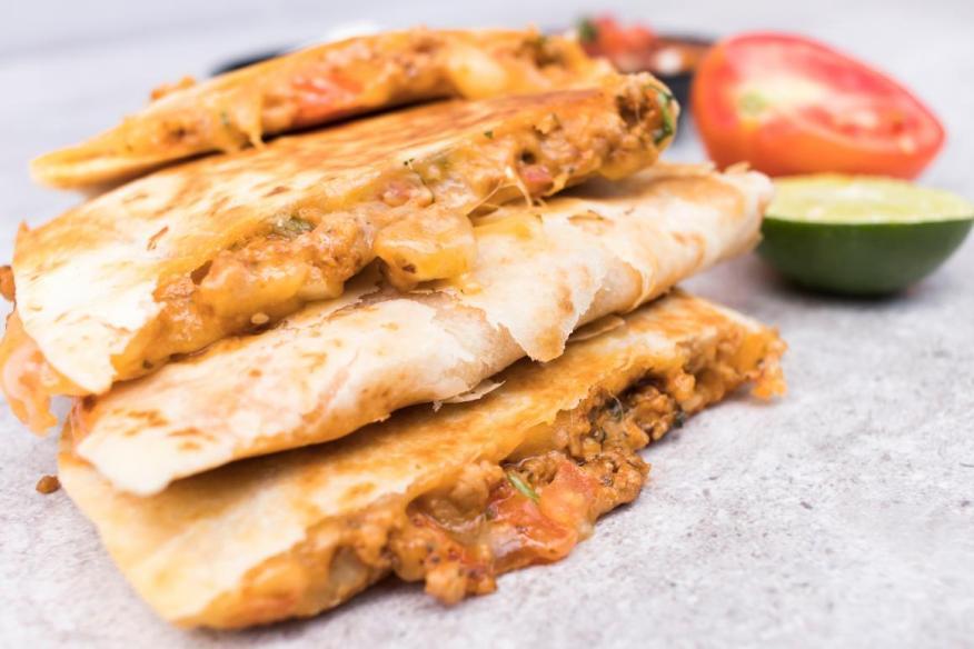 Las quesadillas hechas con frijoles de lata, tortillas compradas en la tienda, fiambre y queso rallado se consideran alimentos procesados.