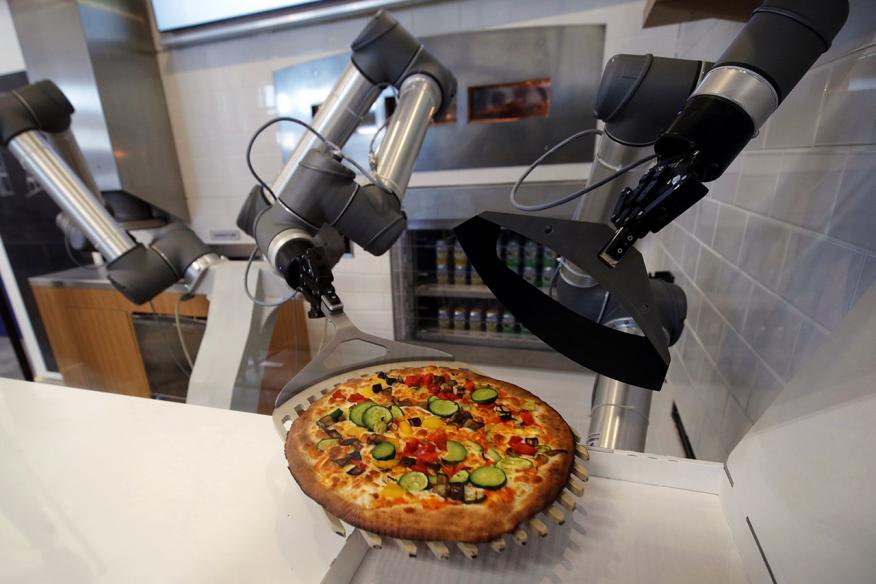 Un robot prepara una pizza en el showroom de la startup francesa EKIM.