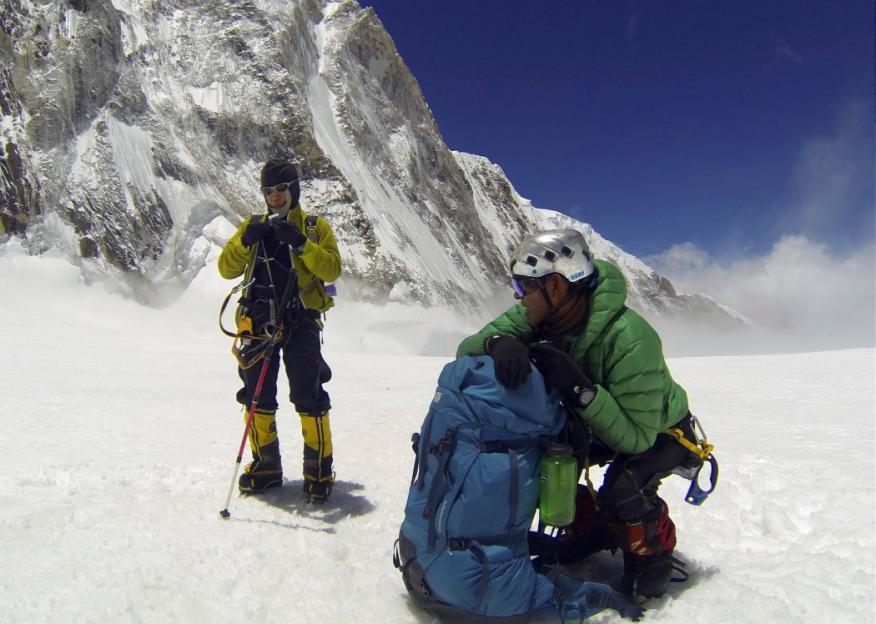 Sherpas nepalís descansan en su subida al Everest.