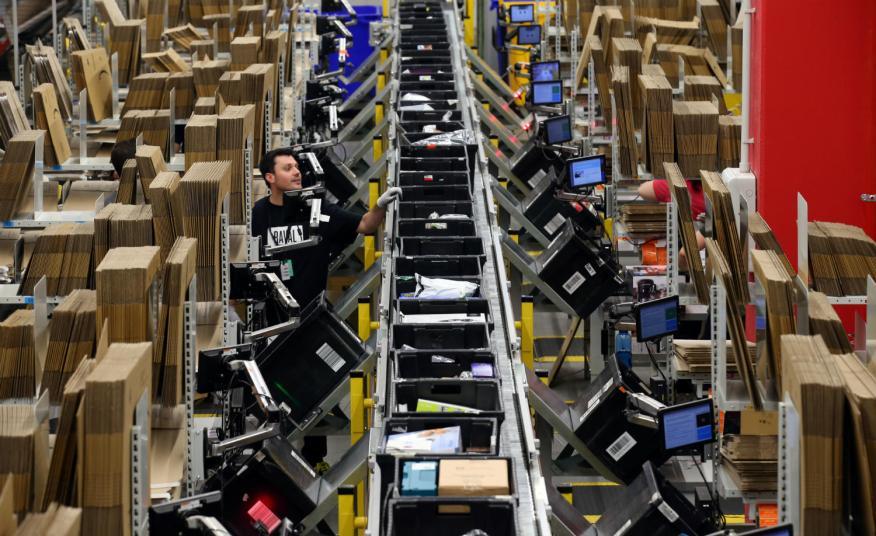 Trabajadores del centro de distribución de Amazon en El Prat de Llobregat.
