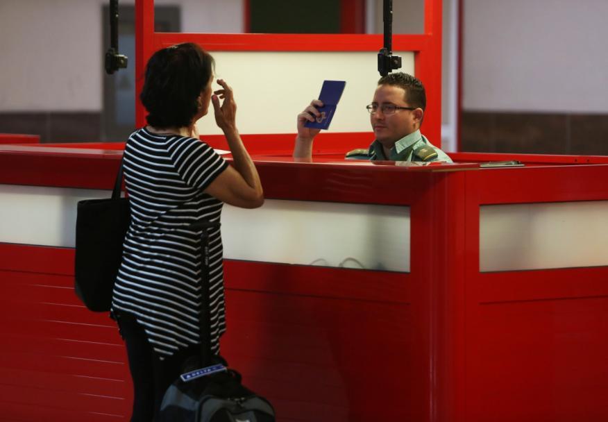 Una cubana pasa por un control de pasaportes en el aeropuerto de La Habana