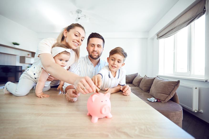 Una familia que pone interés en ahorrar