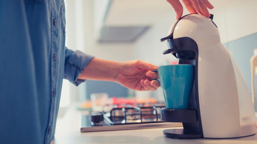 Si tomas mucho café o té, puedes obligarte a beber un vaso de agua por cada taza.