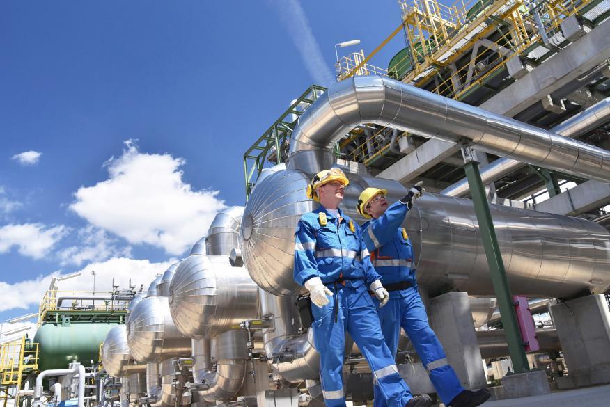 Grupo de trabajadores industriales en una refinería