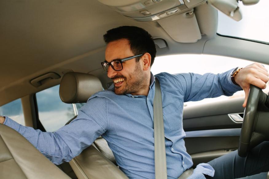 Hombre conduciendo coche