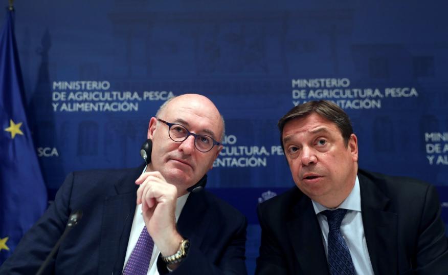 A la derecha de la imagen, el ministro de Agricultura, Luis Planas, junto al comisario europeo del ramo, Phil Hogan