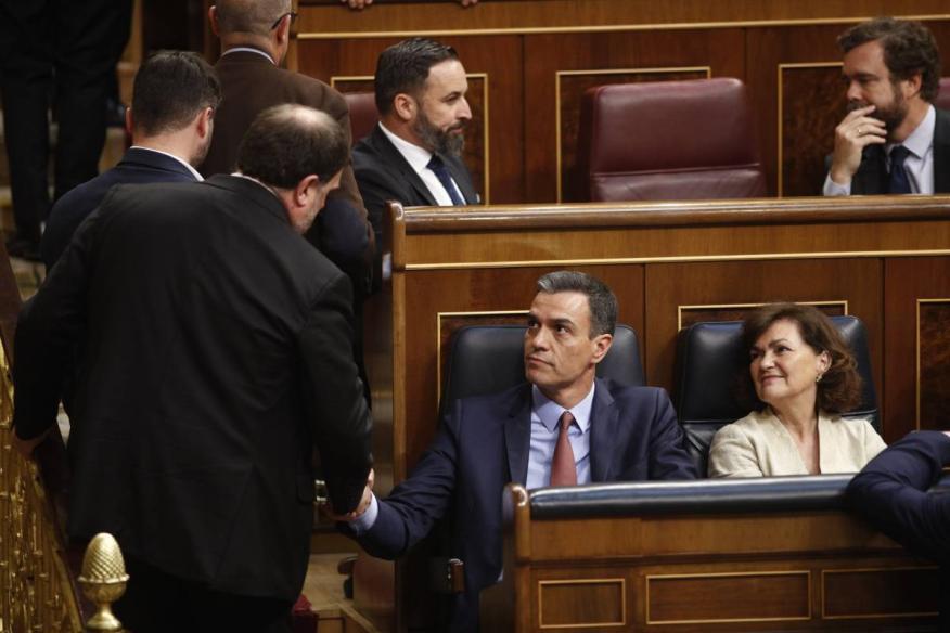 Oriol Junqueras saluda a Pedro Sánchez en la sesión constitutiva del Congreso.