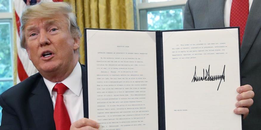 El presidente Donald Trump exhibe su firma en un documento firmado en Washington DC en 2018.