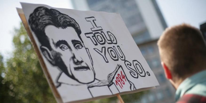 El 27 de julio de 2013, manifestantes  portan un cartel con la cara de George Orwell en apoyo de Edward Snowden .
