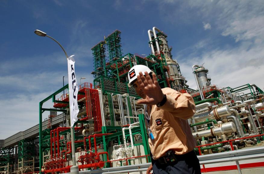 Un trabajador de Repsol en la refinería de la compañía en Cartagena