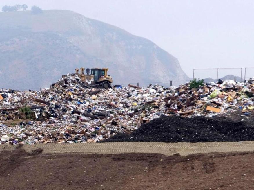 Una excavadora mueve la basura en la cima de una colina en el Centro de Reciclaje y Basureros de Simi Valley, California, el 8 de mayo de 2008.