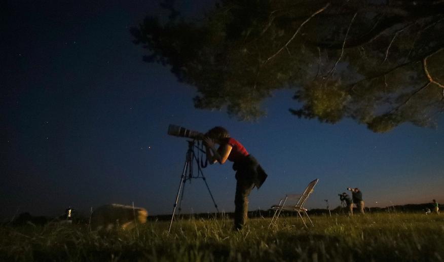 Astrónomo observando un eclipse