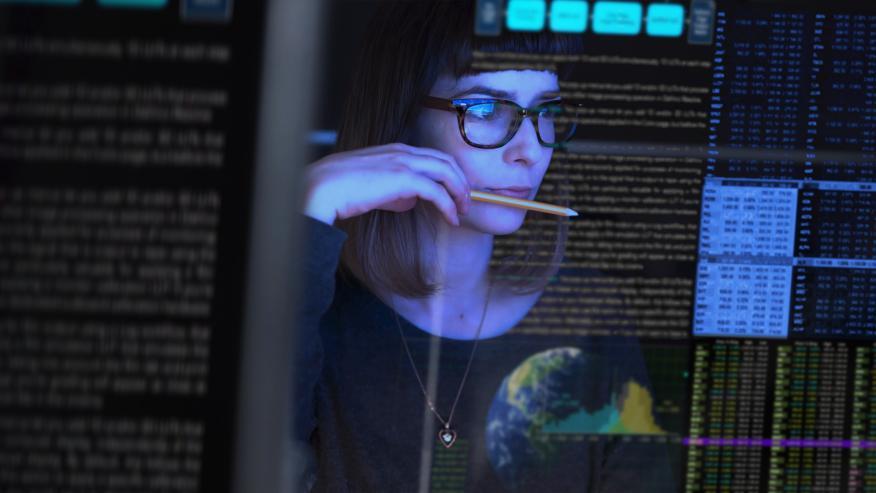 Chica buscando datos en su ordenador