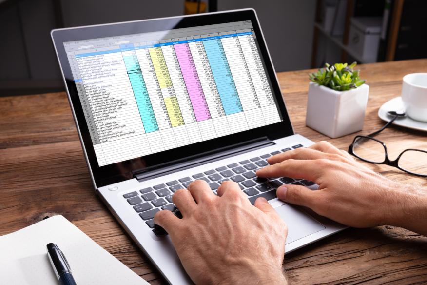 Una hoja de cálculo de Excel en un portátil