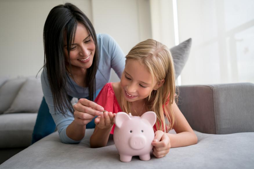 Madre con su hija concienciando sobre el ahorro