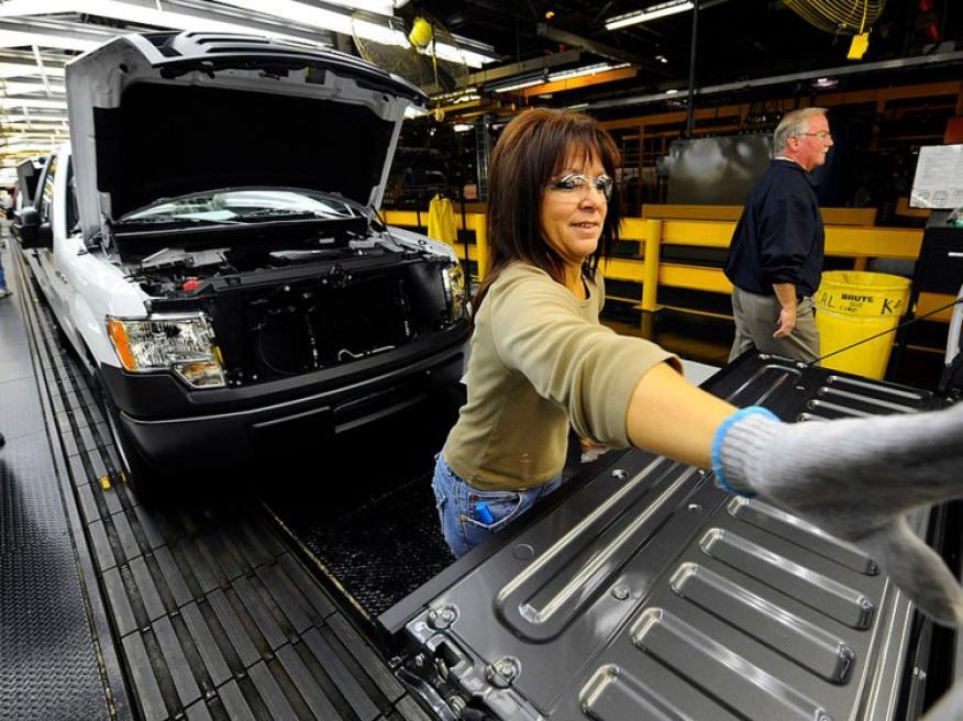 Una inspectora de transporte examinando un vehículo.