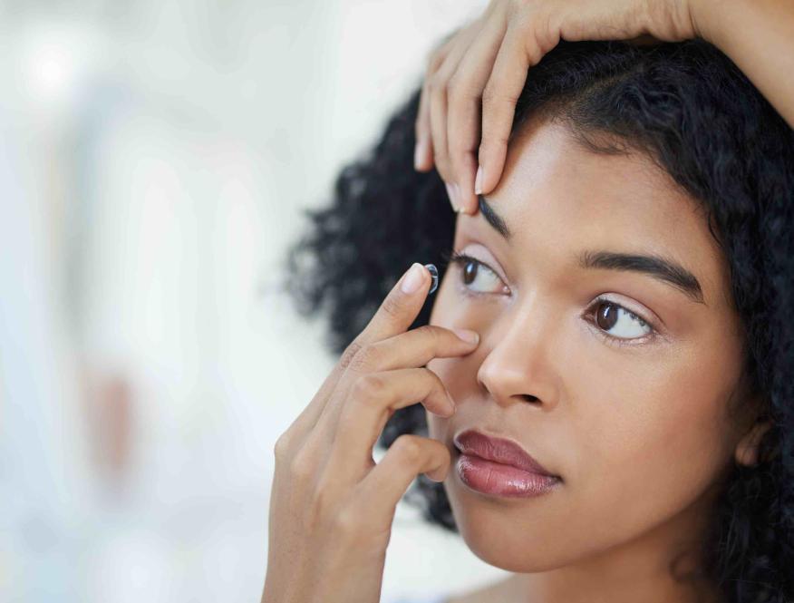 Mujer colocándose las lentillas.