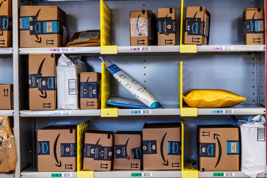 Productos de Amazon en una estantería