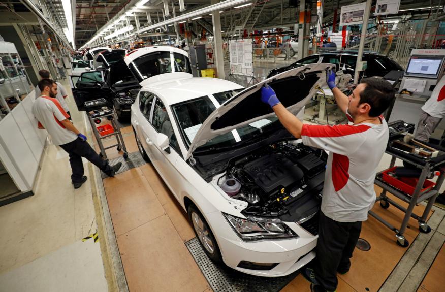 Un trabajador en una fábrica de automóviles.