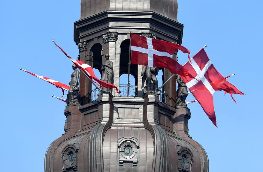 Banderas de Dinamarca en un edificio de Copenhague.