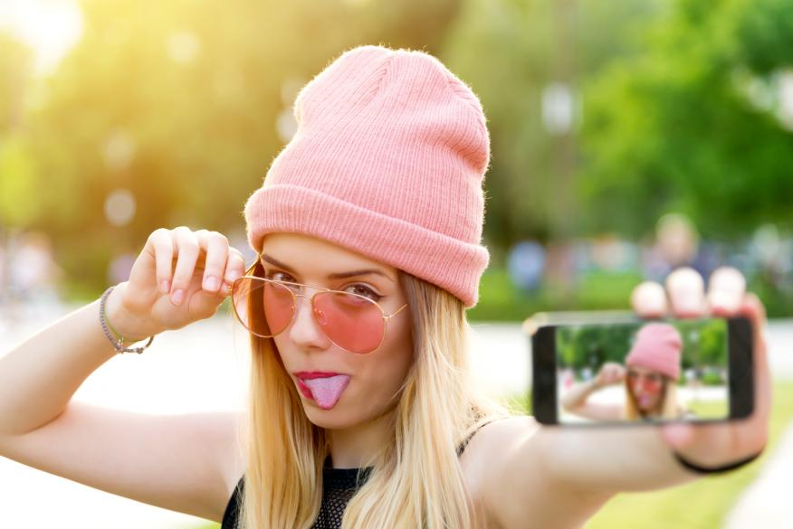 Una chica se hace un selfie