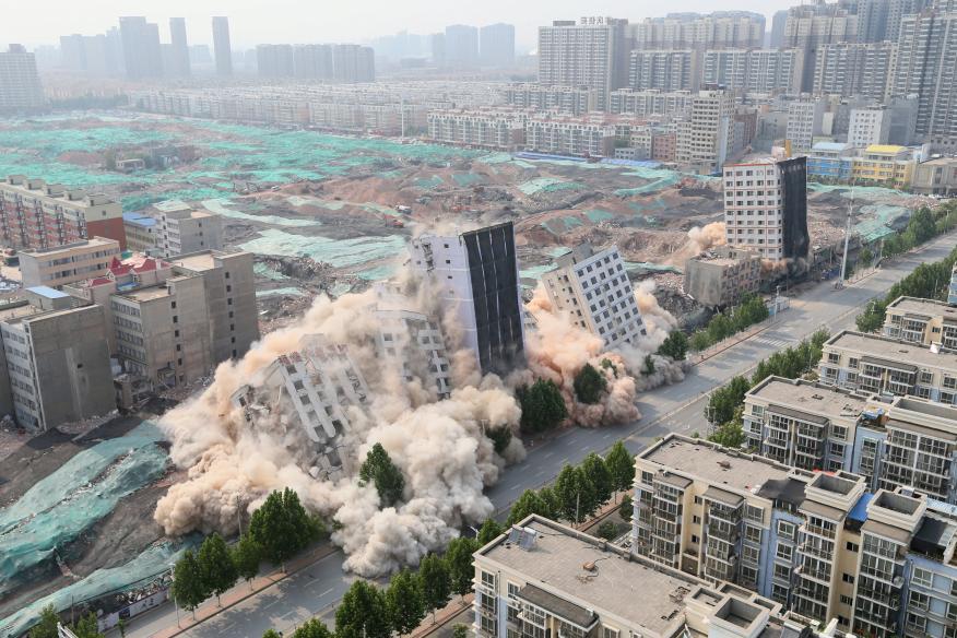 Edificio derrumbándose en una demolición controlada