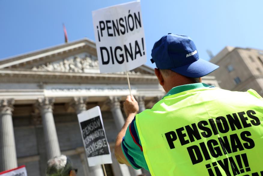 Un jubilado se manifiesta ante el Congreso de los Diputados