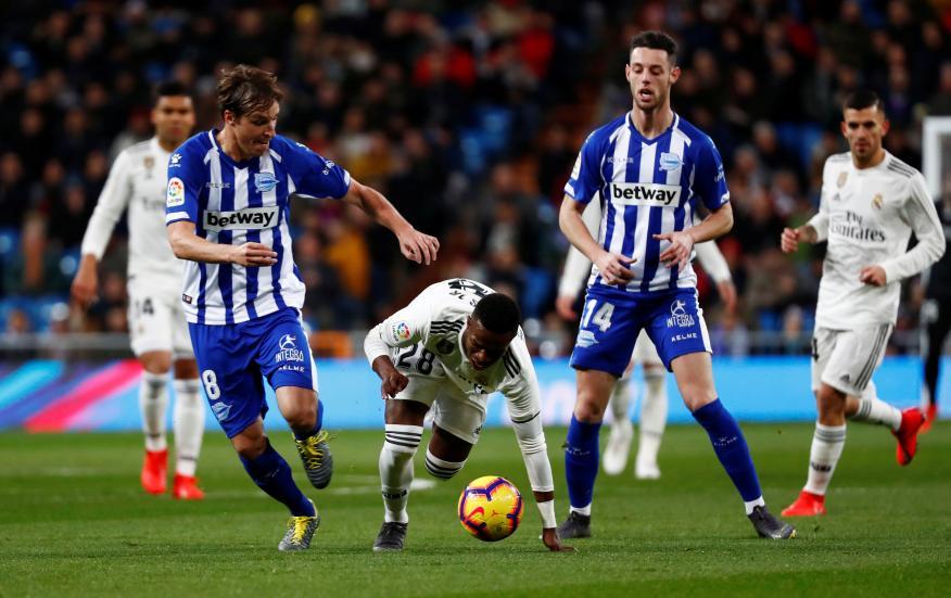 Tomás Pina y Burgui en un partido contra el Real Madrid