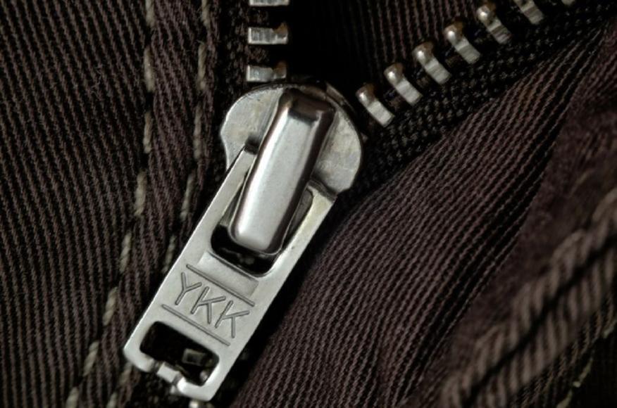Muchos de los pantalones llevan inscritos en sus cremalleras las siglas YKK