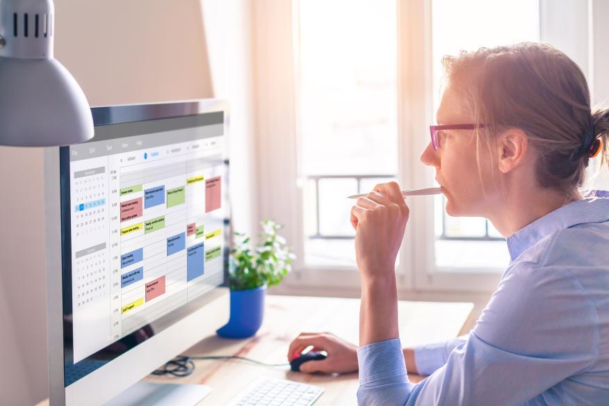Mujer mirando un calendario en el ordenador