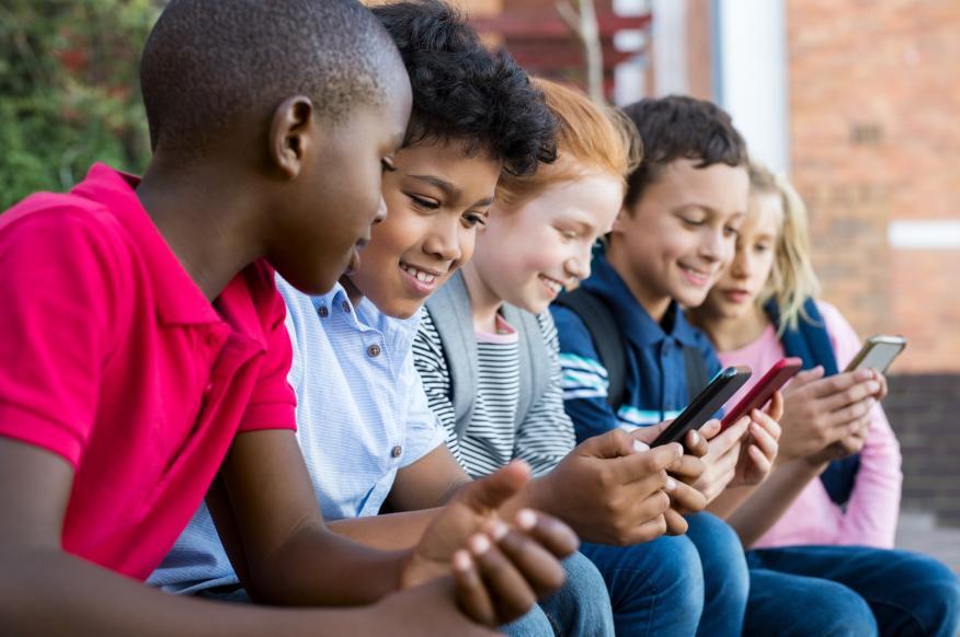 Niños usando el móvil