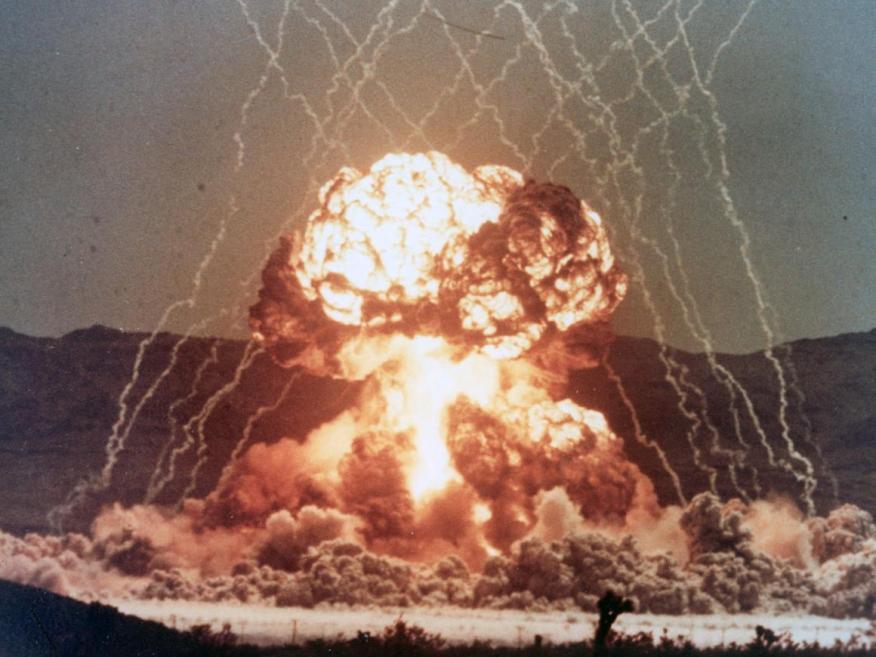 Una explosión nuclear de la Operación Tetera (Operation Teapot) llevada a cabo 1955 en el emplazamiento de pruebas de Nevada, en Estados Unidos.