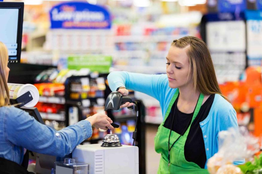 Pago con tarjeta en un supermercado.