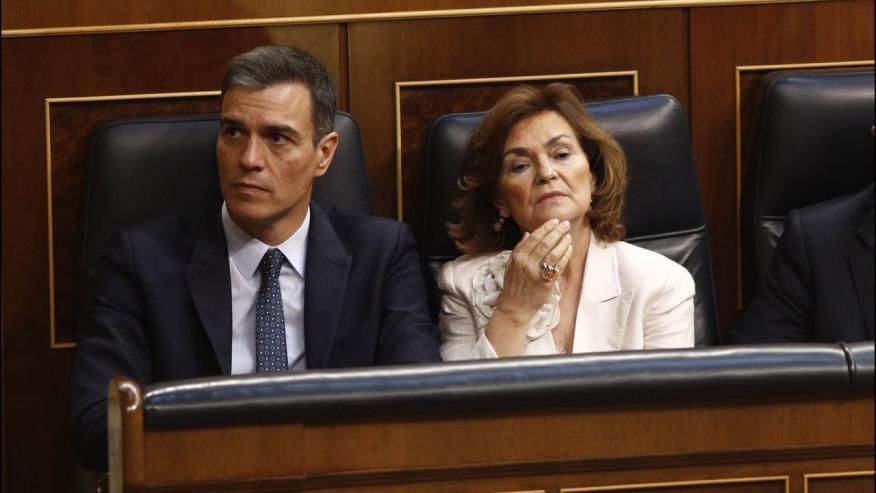 El presidente del Gobierno en funciones, Pedro Sánchez, junto a la vicepresidenta en funciones, Carmen Calvo, en el Congreso de los Diputados.