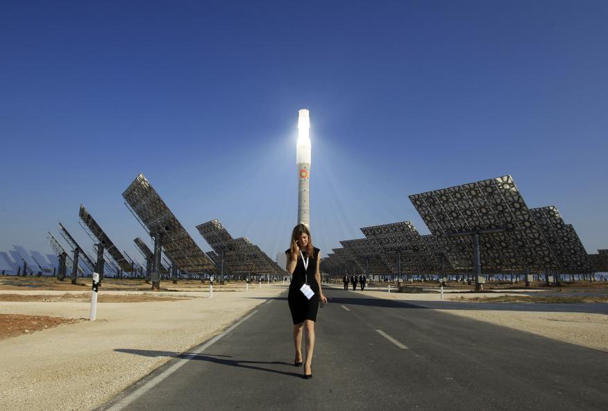 Una mujer camina en la planta solar Gemasolar en Andalucía.