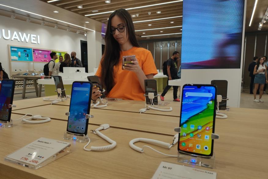 Teléfonos de Xiaomi expuestos en la AliExpress Plaza.