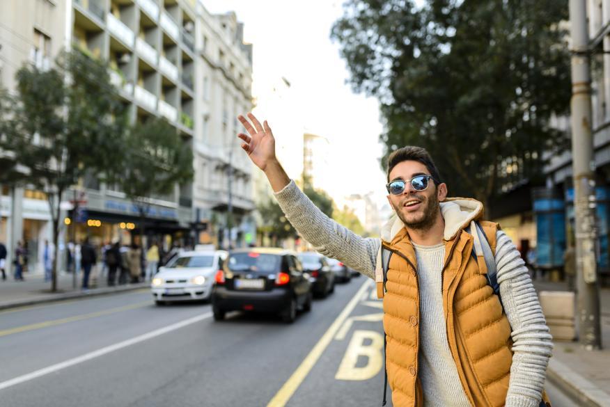 Chico pidiendo un taxi