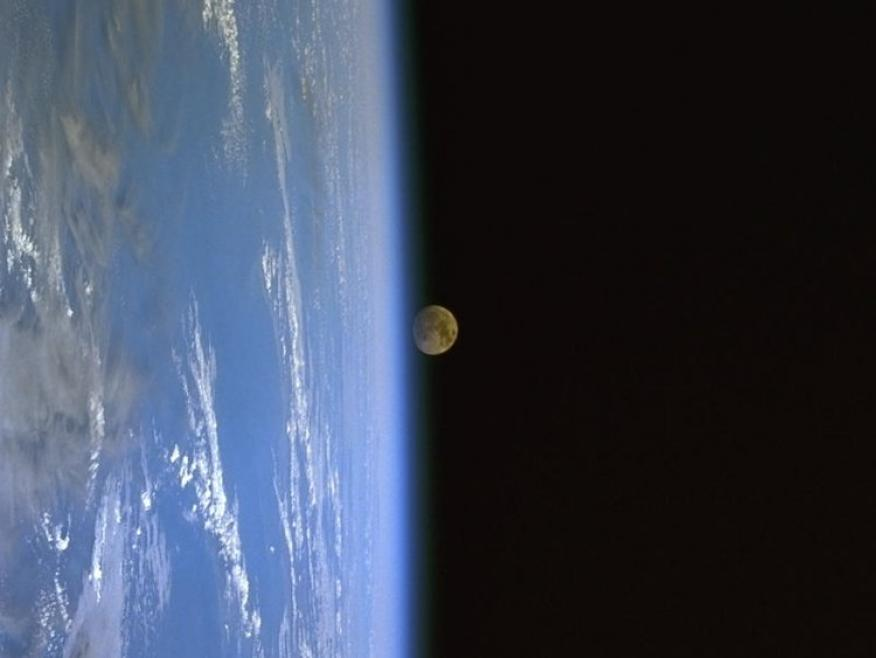 Salida de la Luna sobre la Tierra.