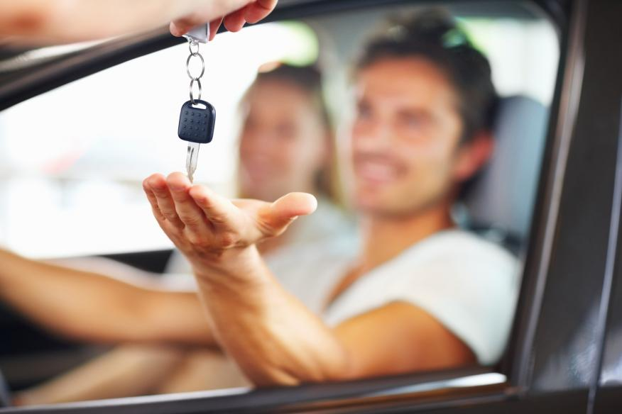 Una pareja cogiendo las llaves del coche