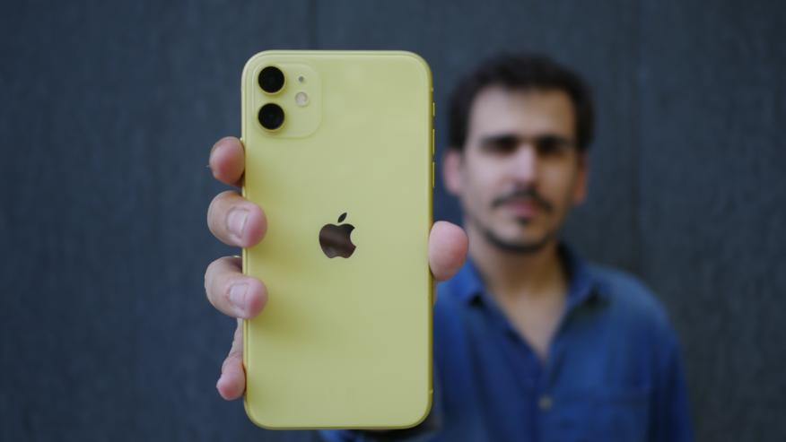 Parte trasera del iPhone 11 amarillo