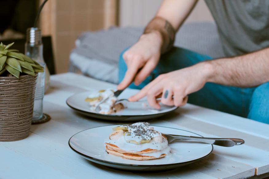 persona comiendo en salón, huevos, desayuno