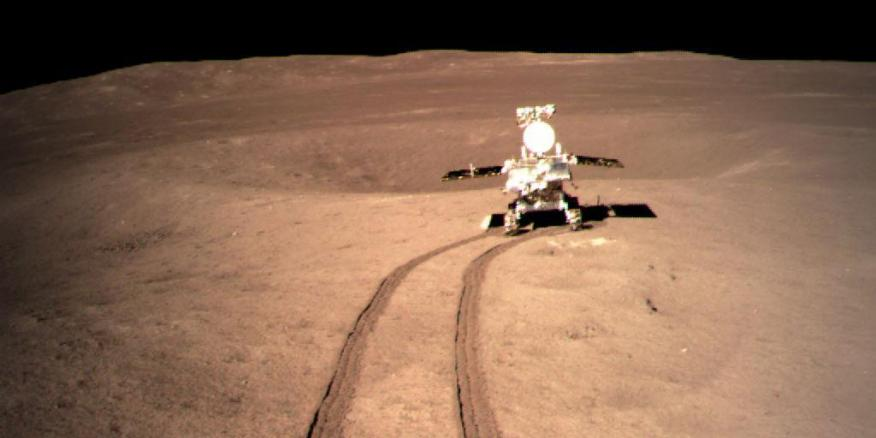Foto proporcionada por la Administración Nacional del Espacio de China (CNSA) el 4 de enero de 2019 muestra la imagen de Yutu-2, el rover lunar de China, en la ubicación A preestablecida en la superficie del lado lejano de la luna.
